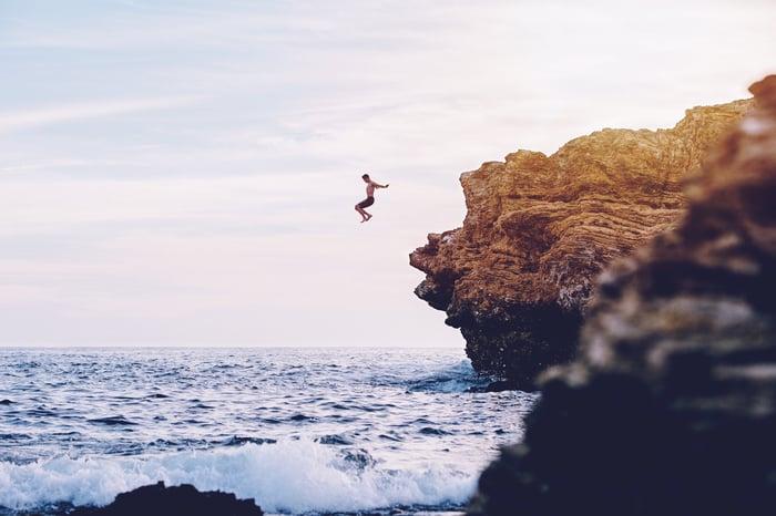 Jumping off a cliff_Partnership_come creare marketplace online rivendere tour attività turismo travel