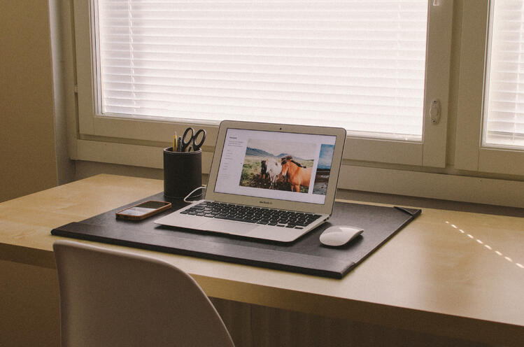 apple-iphone-smartphone-desk.jpg
